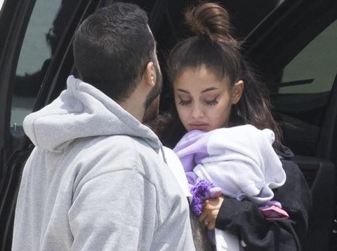 Ariana Grande đau buồn xuất hiện sau vụ nổ bom ở Manchester