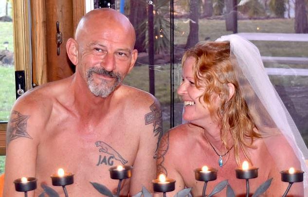 Cặp đôi từ Anh, New Zealand sang Úc kết hôn để được thoải mái khỏa thân trong đám cưới