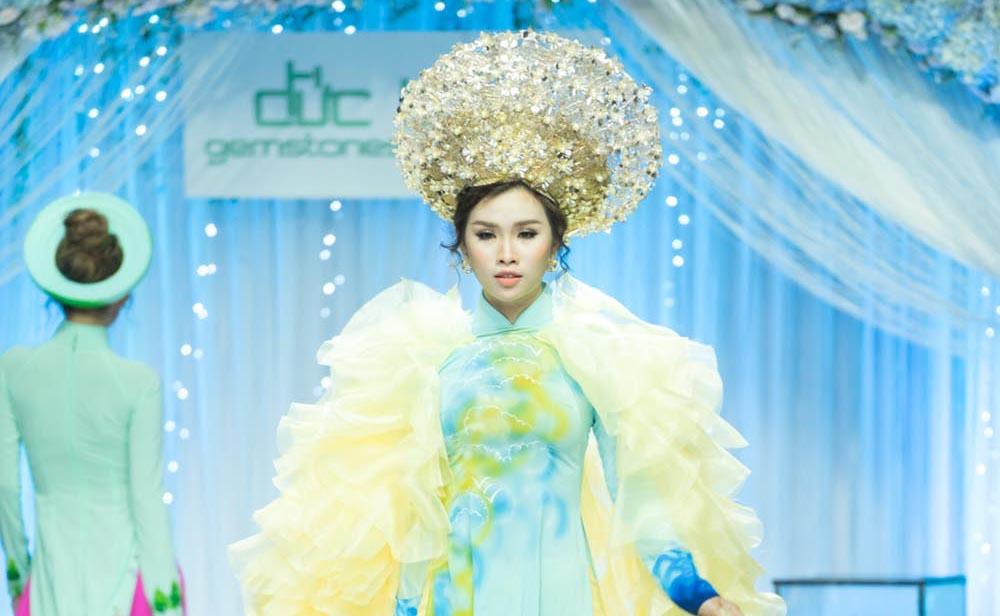 """Người đẹp Thanh Trang như """"Nữ hoàng áo dài"""" trên sàn catwalk"""