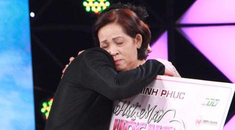 Trấn Thành, Cẩm Ly tặng tiền người phụ nữ lái xe ôm hơn 60 tuổi