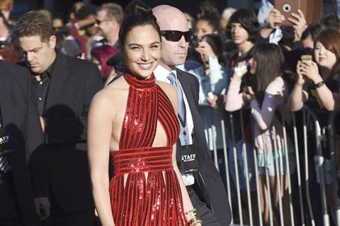 """Mỹ nhân """"Wonder Woman"""" mặc đầm, đi dép bệt ở sự kiện"""