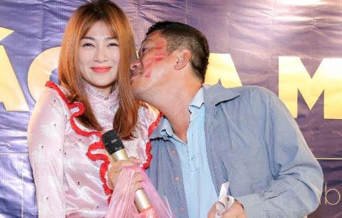 Thanh Trúc thân thiết với diễn viên Kinh Quốc ở sự kiện