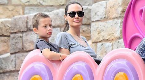 Angelina Jolie đưa các con dạo chơi Disneyland