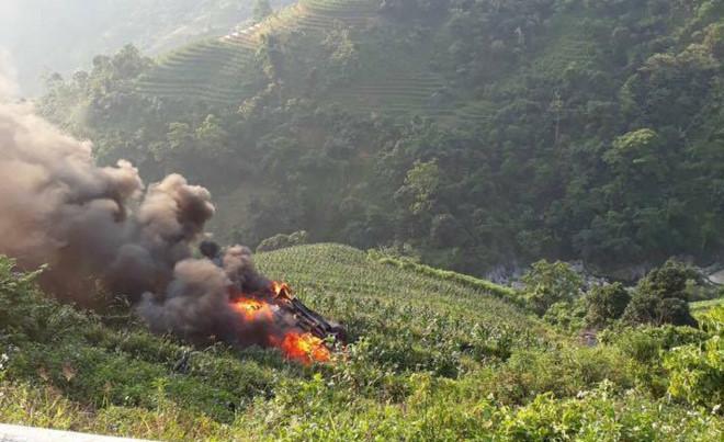 Xe Innova bốc cháy khi lao xuống vực trên đường lên Sa Pa