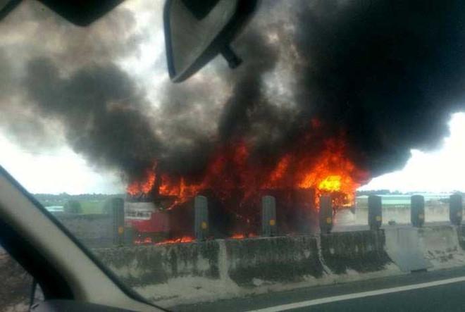 Xe khách 50 chỗ cháy rụi trên cao tốc TP.HCM - Trung Lương