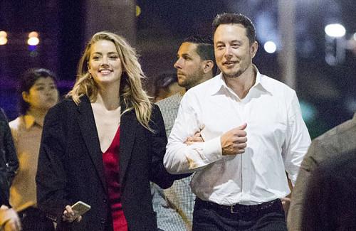 Vợ cũ Johnny Depp tình tứ bên bạn trai tỷ phú