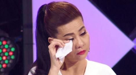 Cát Phượng bật khóc, tặng 15 triệu đồng cho người mẹ tật nguyền
