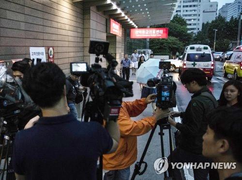 Bệnh viện bị bao vây, T.O.P (Big Bang) gây lo lắng khi vẫn hôn mê