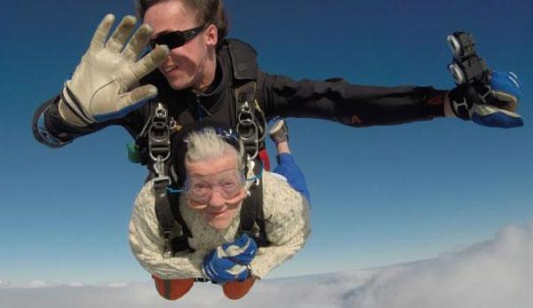 Cụ bà 101 tuổi mê nhảy dù, chạy xe phân khối lớn