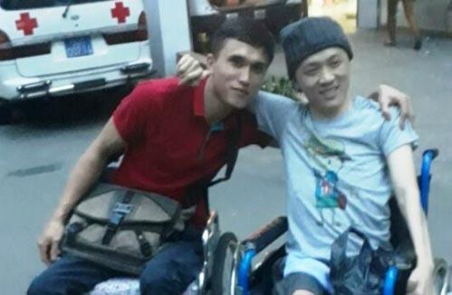 Đôi bạn kẻ ngồi xe lăn người liệt tứ chi đưa nhau xuất viện