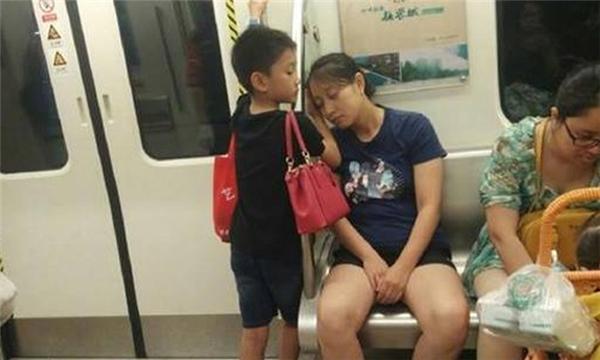 Cảm động hình ảnh cậu bé cho mẹ gối đầu lên tay ngủ suốt chuyến tàu