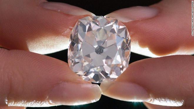 Mua nhẫn kim cương 13 USD ở chợ trời, bán được 850.000 USD