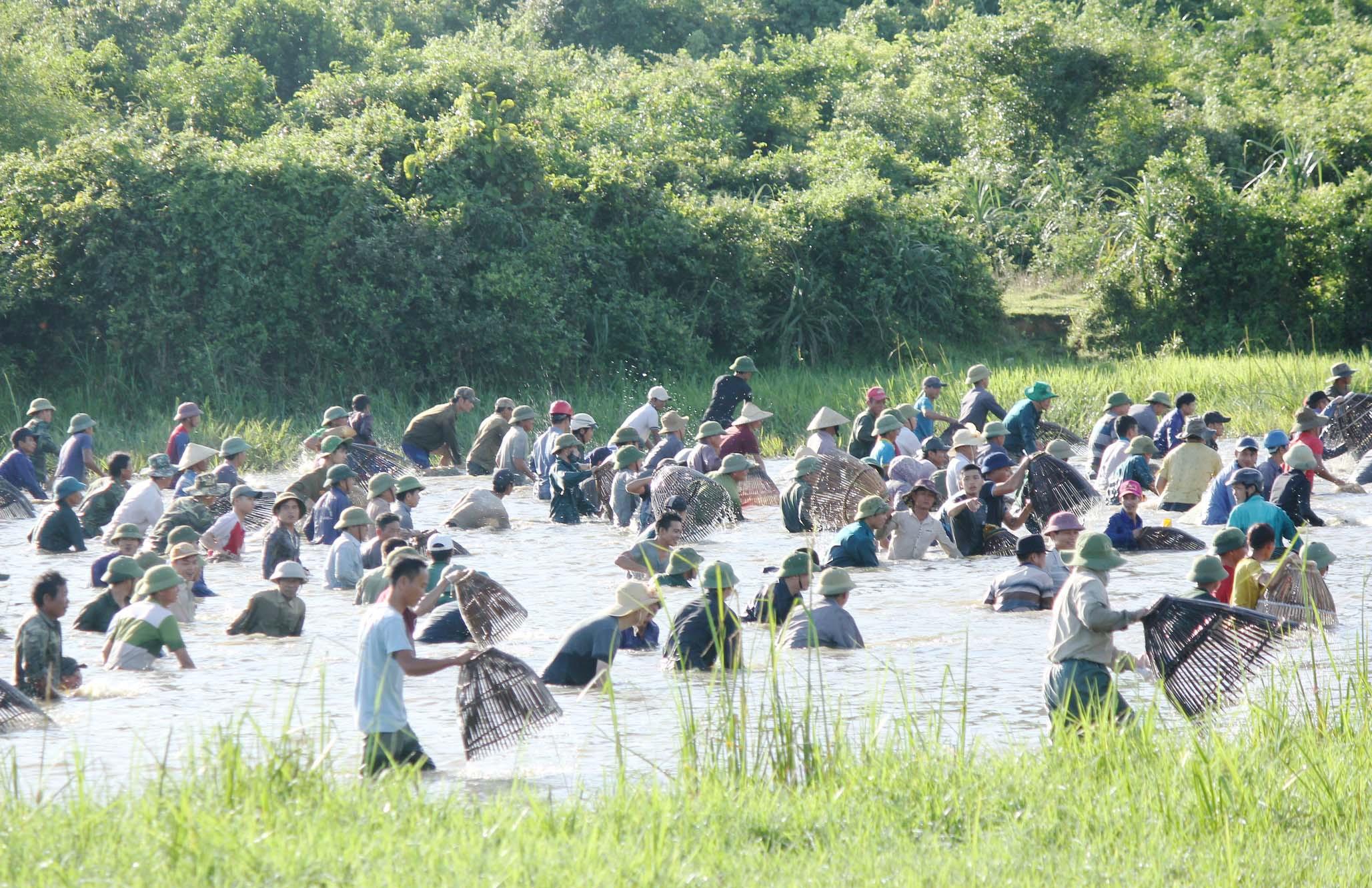 Hàng trăm người đội nắng tham gia hội đánh cá cầu may