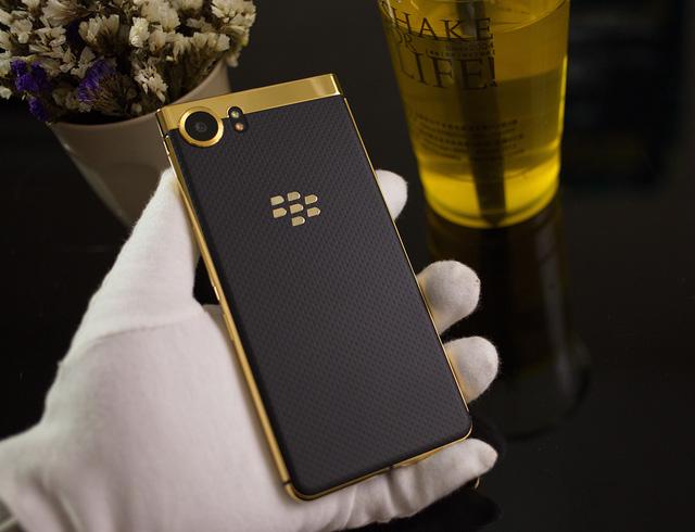 Ngắm phiên bản Blackberry KeyOne mạ vàng 24K đầu tiên tại Việt Nam