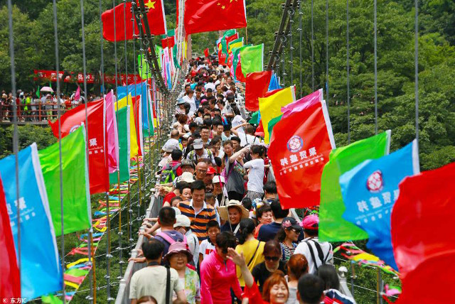 10.000 người chen chúc trên cầu đáy kính vì miễn phí