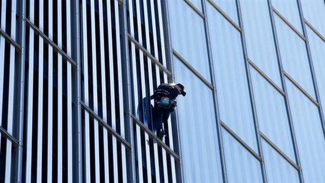 """""""Người nhện"""" tay không leo khách sạn cao 116 mét"""