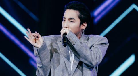 """Sơn Tùng M-TP mặc trang phục đậm chất """"ông ngoại"""" lên sân khấu"""