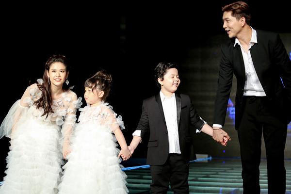 Tim - Trương Quỳnh Anh và con trai rạng rỡ trên sàn catwalk
