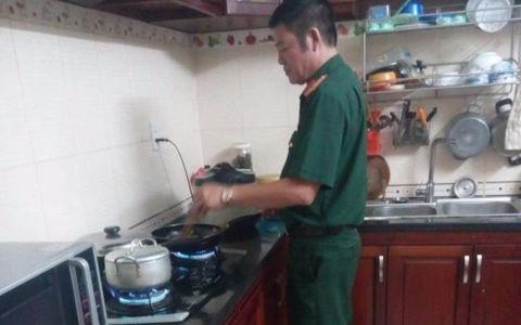 Cha quân nhân nghiêm khắc nhưng vẫn thường nấu ăn cho con gái