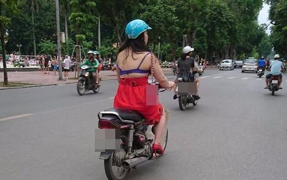 """Cô gái """"mặc váy như không"""" vô tư chạy xe trên đường"""
