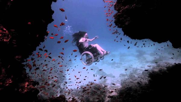 Khâm phục người phụ nữ bị liệt lặn biển trên chiếc xe lăn