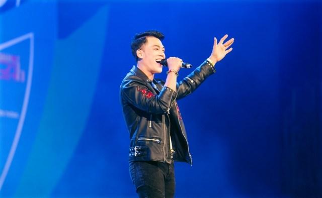Phan Ngọc Luân thu hút sinh viên trong đêm nhạc