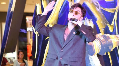 Sơn Tùng M-TP diện áo vest lộ hình xăm dự ra mắt phim