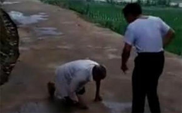 Con trai bất hiếu mắng sa sả vào người cha già đang quỳ lạy