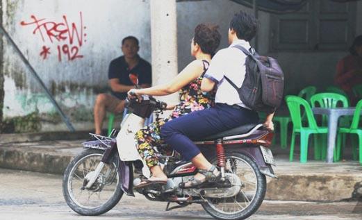Quên thẻ dự thi, nam sinh được cô bán xôi đèo xe máy vượt hơn 10 cây số về lấy