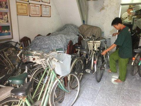 """Món quà của """"đại gia"""" Sài Gòn khiến cậu học trò nghèo bật khóc"""