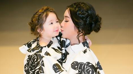 Cadie Mộc Trà đáng yêu khi diễn thời trang cùng mẹ Elly Trần
