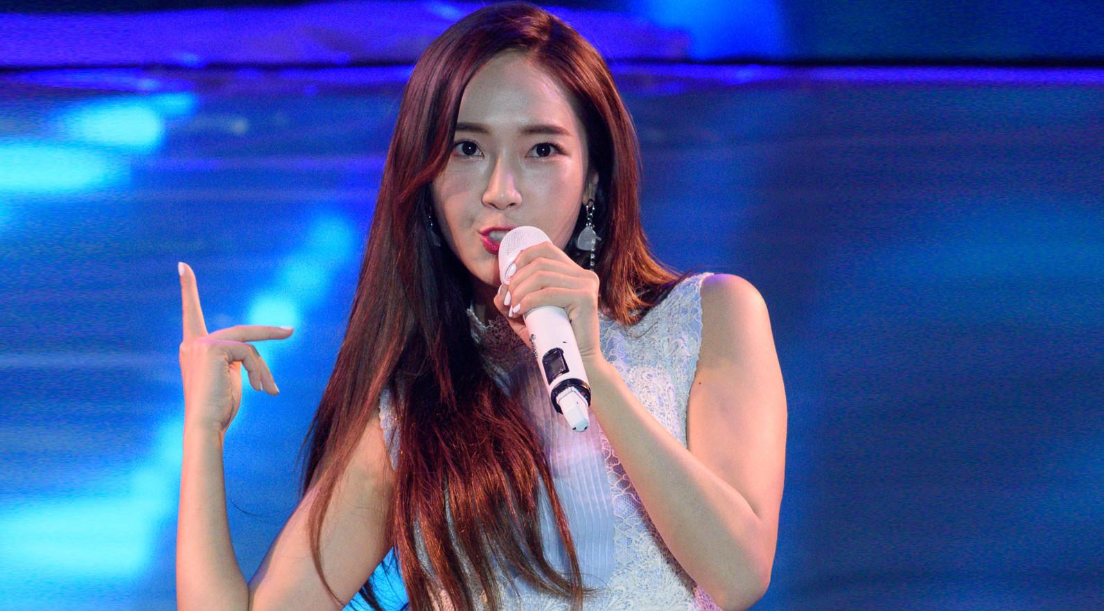 Jessica Jung cầm mic 1,3 tỷ đồng diễn dưới mưa