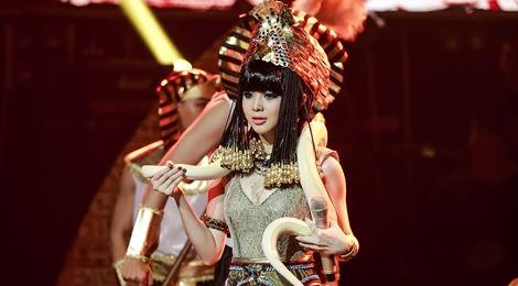 Mang trăn lên sân khấu, hot girl 9X đăng quang Bạn là ngôi sao