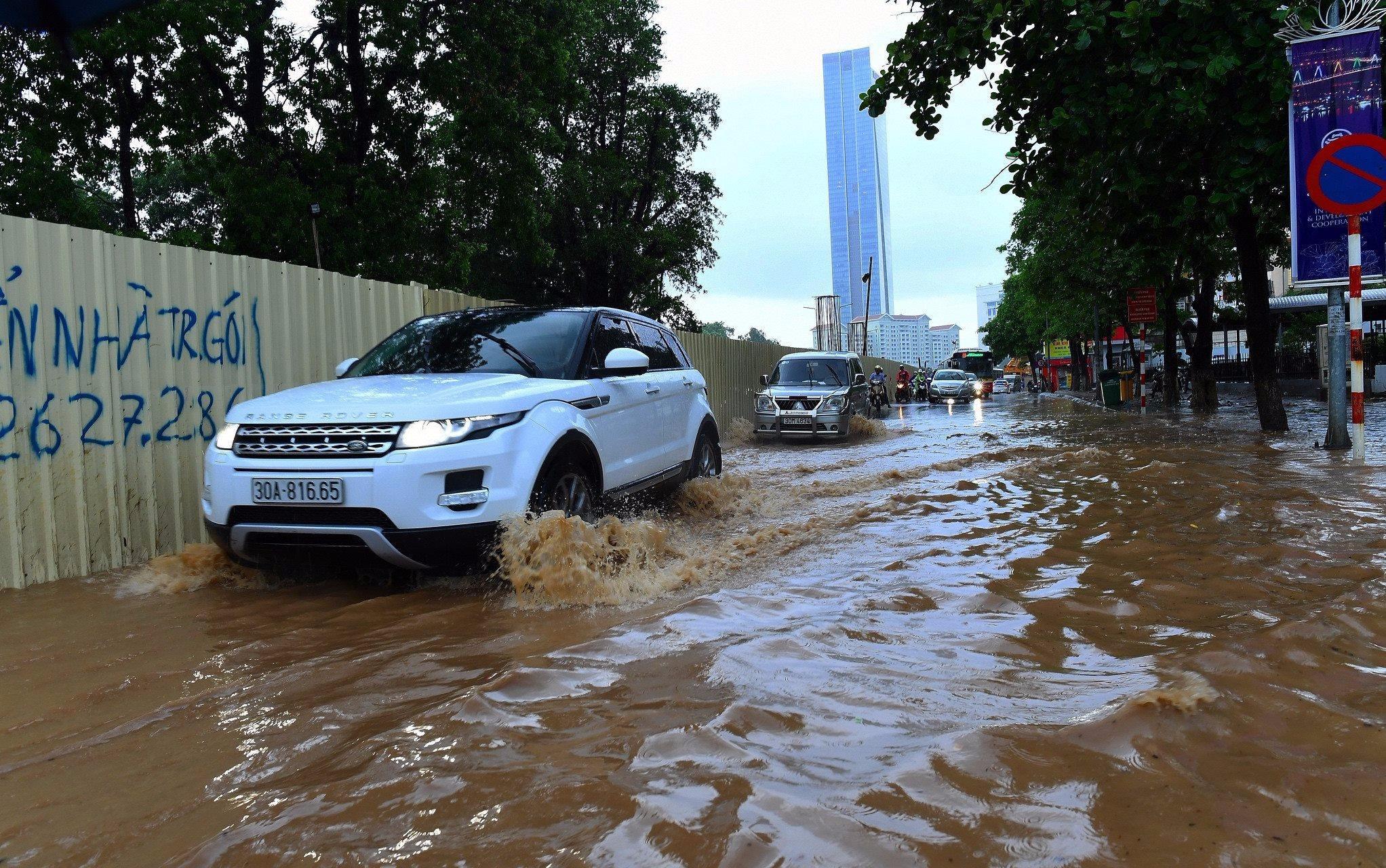 Mưa cấp tập, nhiều tuyến phố Hà Nội ngập nặng
