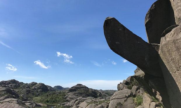 """Nỗ lực cứu tảng đá hình """"của quý"""" lừng danh ở Na Uy"""