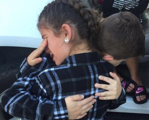 Giây phút chia tay của đôi bạn 9 tuổi khiến dân mạng nghẹn ngào