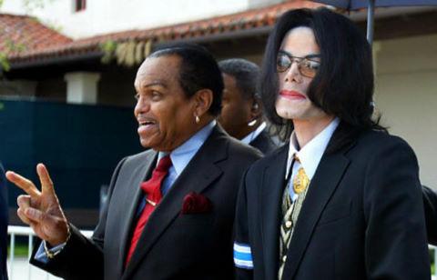 Cha Michael Jackson bị thương sau tai nạn xe hơi
