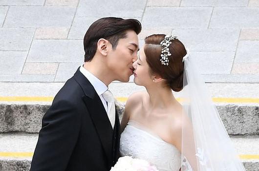 Thành viên Shinhwa làm phù rể trong lễ cưới trưởng nhóm Eric