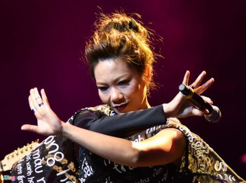 """Hà Trần hát nhạc Hari Won: Diva đang tự phá """"đền đài""""?"""
