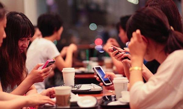 """Giới trẻ Việt Nam đang trở thành """"nô lệ"""" của Facebook thế nào?"""
