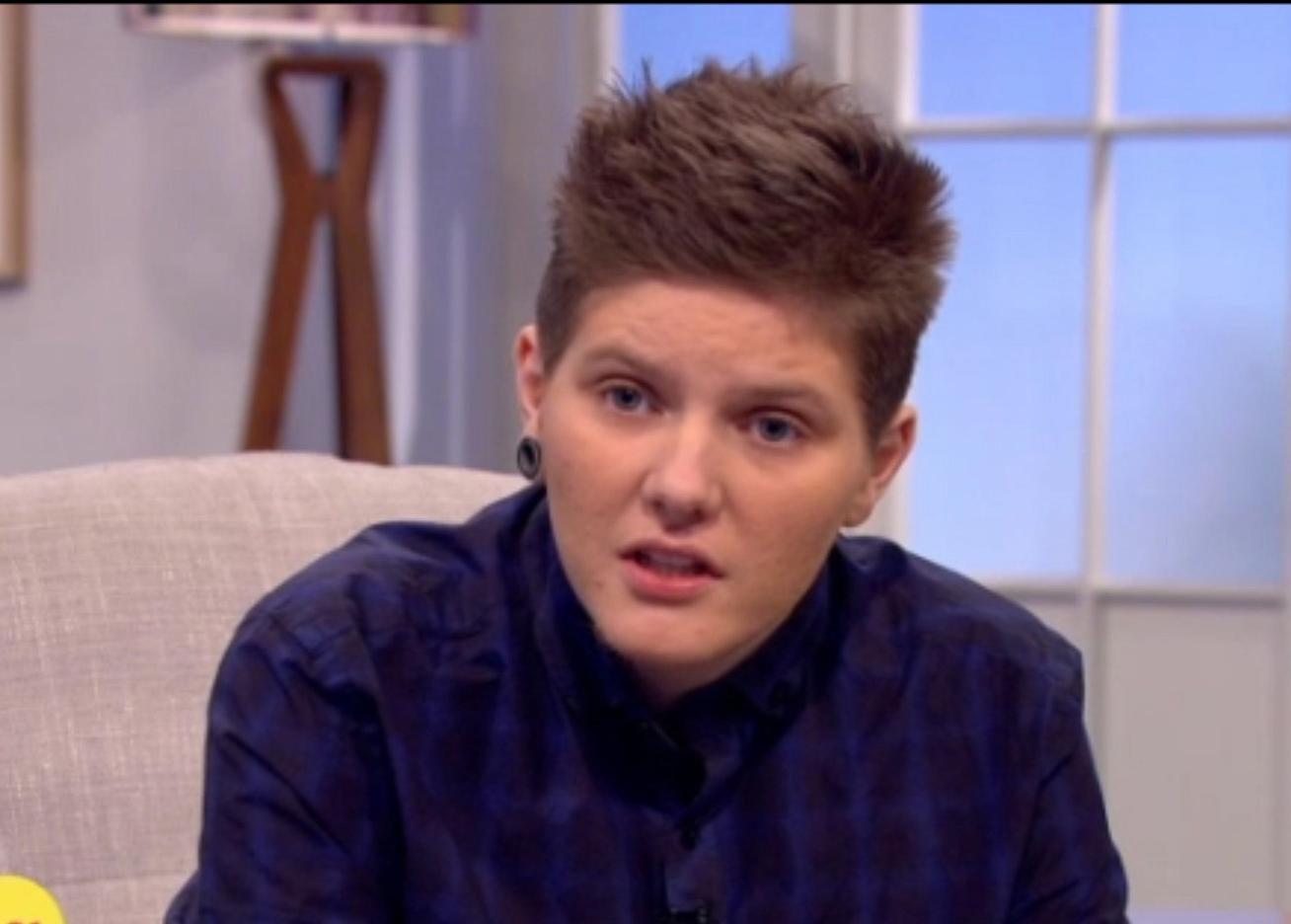 Người đàn ông mang thai đầu tiên ở Anh vừa sinh con