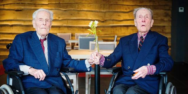 Cặp sinh đôi nam già nhất thế giới chúc mừng sinh nhật lần thứ 104