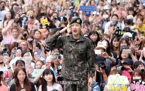 Hàng trăm fan chào đón thành viên Super Junior xuất ngũ