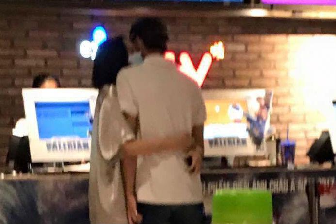Soobin Hoàng Sơn trả lời về clip ôm hôn Hiền Hồ khi đi xem phim
