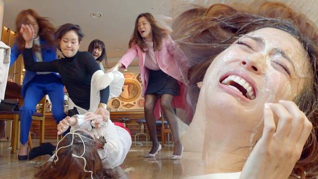 Phim của Kim Hee Sun gây sốc với cảnh phụ nữ đánh nhau bằng mỳ Ý