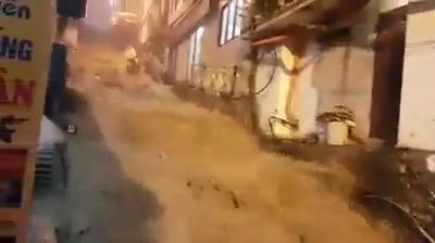 """Bão số 2: Đường phố Sa Pa biến thành """"thác nước"""""""