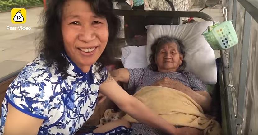 Người đàn ông 20 năm giả chị gái đã chết để giúp mẹ chữa bệnh