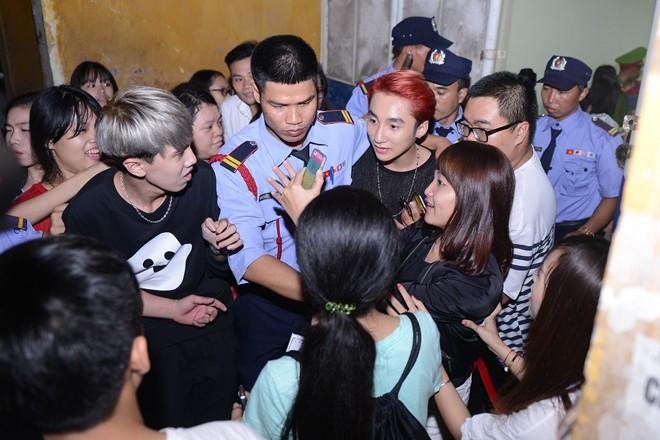 Fan cuồng: Nỗi khiếp sợ của ca sĩ Việt