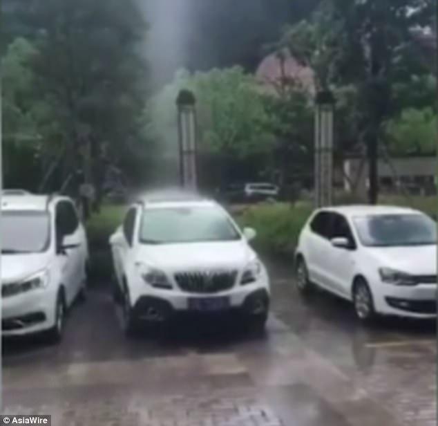 Mưa rơi thành cột thẳng đứng kì lạ ở Trung Quốc