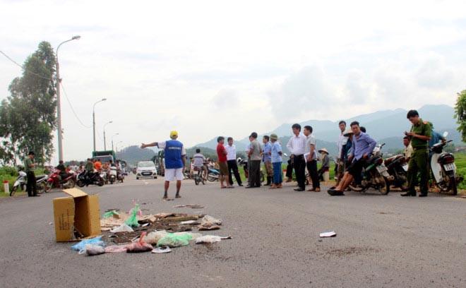 Hà Nội chỉ đạo giải quyết việc dân dùng ruồi chặn xe chở rác